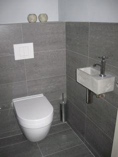 Mooi toilet! Grijze tegel mooi groot. Leuke wasbak. Misschien iets teveel grijs?