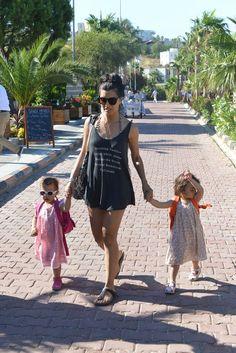 Tuba Büyüküstün ikizleriyle tatilde