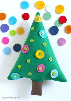 Button Christmas tree: Christmas activity for kids! Great way to improve fine motor skills - super easy to make.