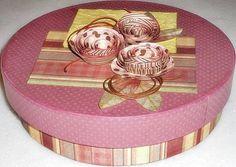 Caixa em MDF decorada com a técnica de Scrap decor e pintada internamente.  Fazemos em outros tamanhos e cores sob encomenda.   Diâmetro = 20 x 6 R$ 40,00