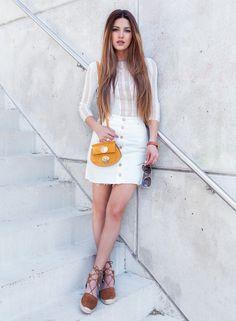Reveillon chegando, e nada como um look de street style todo em branco para dar uma inspirada. A saia branca jeans de cintura alta é super tendência e ficou linda com a blusa justinha.
