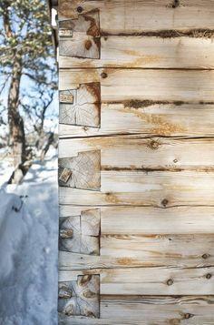 BYGGEKUNST PÅ FJELLET: På denne måten er laftekassenbygget opp og isolert med mose i hjørnene og mellomtømmerstokkene. Den spesielle lafteteknikken hetersinklaft, som er mye brukt blant annet på Røros og pågamle setre nær hytta i Trollheimen.