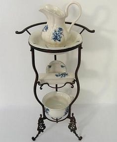 Washing Set Antique Wash Basin Plate Blue with Iron Frame Black Rococo Furniture, Iron Furniture, Antique Wash Stand, Sitting Room Decor, Wrought Iron Decor, Shabby Chic Crafts, Antique Metal, Antique House, Blue And White China