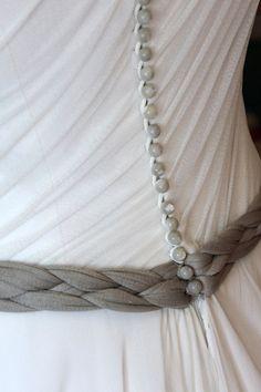 Botones y cinturón en el vestido de novia