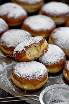 Bomboloni - Italian donuts with custard pudding Custard Pudding, Custard Filling, Italian Custard, Italian Donuts, Dessert Recipes, Dessert Ideas, Desserts, Homemade Donuts, Food Stall