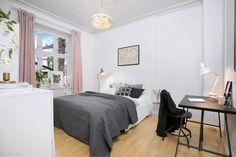 Meget romslig soverom med god plass til dobbeltseng, nattbord og garderobeløsning.