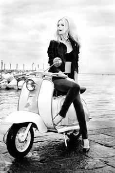 Pour fêter ses 30 ans, Guess fait vibrer la fibre nostalgique qui sommeille en chacun d'entre nous et invite celle qui au début des années 90 les accompagnait déjà, la super top allemande, Claudia Schiffer, à revenir prendre la pose pour une campagne des plus retro et festives sous l'objectif d'une