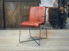 Stoere industriele stoel gemaakt van 100% handgewassen ongecorrigeerd buffelleer. Elke stoel is dus uniek en bevat de oneffenheden welke kenmerkend zijn voor ongecorrigeerd leer. Dit model leveren we in diverse kleuren