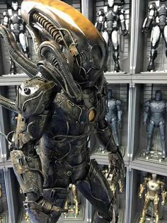 This impressive Iron Man meets Alien Xenomorph is the work of Samkwok Workshop. It's based on the Mark 43 Iron Man and, of course, Alien. Alien Film, Alien Art, Alien 1979, Giger Art, Hr Giger, Les Aliens, Aliens Movie, Iron Man Suit, Iron Man Armor