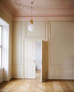 Home Interior Inspiration apartment, Parisian, globe pendant, pink ceiling Classic Interior, Home Interior Design, Interior And Exterior, Interior Decorating, Decorating Ideas, Pink Ceiling, Parisian Bedroom, Shop Interiors, Home Living