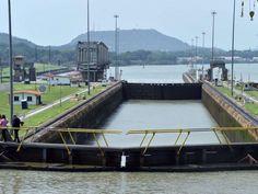 Canal de Panamá en el Pacífico, al fondo el emblemático Cerro Ancón.