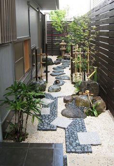 24 Farmhouse Front Yard, Side Yard, and Back Yard Landscaping Design Ideas Small Japanese Garden, Japanese Garden Design, Japanese Gardens, Zen Gardens, Japanese Plants, Japanese Garden Backyard, Small Gardens, Japanese Style, Zen Garden Design