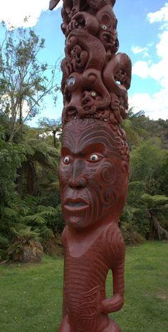 New Zealand - Maori Carving - Meeting House in Rotorua Tree Carving, Wood Carving Art, Maori Face Tattoo, Le Totem, New Zealand Beach, New Zealand Holidays, Maori People, Maori Designs, Arte Tribal