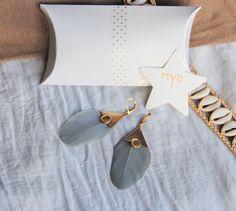 Boucles d'oreilles plumes grises et triangle en laiton brut (doré) - bijou fin, original, ethnique chic, boho, bohême, Feather earrings, boho spirit by Myo Jewel, worlwide shipping