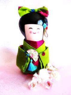Muñeca de Kokeshi de colección. Objeto decorativo de inspiración a japonés. Estas hermosas muñecas japonesas se hacen generalmente de madera. Tradicionalmente disponibles en Don, a Japón, para declarar su amistad o su amor a la persona que lo recibe. Idea de regalo, placer, propongo una versión original de esta muñeca japonesa, está hecho en telas y vinil negro, vestida con un hermoso kimono en verde, ciruela y azul tonos. Un nudo grande con el Kimono se coloca en la cabeza. Su atenta y…