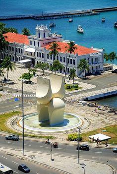 SALVADOR, BAHIA, BRASIL Monumento à cidade de Salvador, visto da chamada Cidade Alta. Foto de Neyvan Pecanhuk.