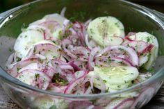 Receta fácil y deliciosa para ensalada de pepino, preparada con rodajas de pepino y cebolla marinadas con aderezo de limón y cilantro.