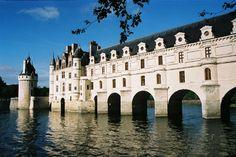 Château de Chenonceaux construit au XVIe s., il apparaît comme un des plus purs chefs d'œuvre de la Renaissance française.Edifié dans le lit même de la rivière, sur les piles d'un moulin fortifié, le corps de logis carré constitue le château originel. Sur le pont de Diane s'élève la galerie à double étage de Catherine de Médicis.