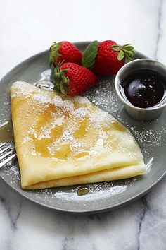The best homemade crepes ever! Easy crepe recipe that anyone can make at home. No crepe maker needed, just a nonstick pan and a blender. So delicious! Breakfast Items, Breakfast Recipes, Dessert Recipes, Homemade Breakfast, Breakfast Casserole, Egg Recipes, Desserts, Savory Pancakes, Pancakes And Waffles