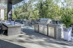 Modern patio with outdoor kitchen Rinox Proma Quadra slab and Ora wall