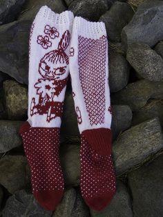 Tytär on aina rakastanut muumeja ja varmaan joskus samaistunut lempihahmoonsa joka taitaa olla pikku myy. Niinpä en yhtään ihmetellyt k... Beginner Knitting Patterns, Knitting Paterns, Knitting Socks, Knit Patterns, Knitting Projects, Hand Knitting, Knit Or Crochet, Crochet Scarves, Wool Socks