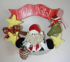 Guirlanda de Natal Papai Noel e estrelas  Tamanho aproximado: 37 cm (altura) x 36 cm (largura) R$ 95,00