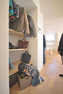 春日市【T様邸】光・風・視線・動線・収納にこだわった心地よい家、完成いたしました! | 福岡・唐津の注文住宅 ロイヤルハウス(有)イモト Shoe Rack, Entrance, Entryway, Shelves, Japanese Style, House, Furniture, Home Decor, Ideas