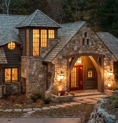 chalet de piedra Craftsman Exterior, Mountain Dream Homes, House On The Rock, Forest House, Cottage Style Homes, Love Home, Log Cabin Homes, Stone Houses, Stylus
