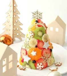 """Just cut the fruit! Simple decoration """"polka dot cake"""" is pop and cute – Cake Types Felt Christmas Decorations, Christmas Sweets, Christmas Goodies, No Cook Desserts, Sweets Recipes, Polka Dot Cakes, Ice Cake, Xmas Food, Food Platters"""