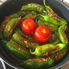 WEBSTA @ nurlu - Günaydınn✨✨✨Günün Lezzeti👌👌Köy Biberi Dolması20 adet köy biberi1 Çay bardağı iri bulgur250 gr.kuzu kıyma1 büyük yemeklik doğranmış domates1/4 demet yemeklik doğranmış maydanoz1 büyük yemeklik doğranmış soğan2 diş rendelenmiş sarmısak1 /2 yemek k.biber salçası 1 tatlı k.domates salçası Tuz,karabiber1 yemek k.tereyağ veya zeytinyağSosu3-4 diş dövülmüş sarmısak2 yemek k. Tereyağ 1 tatlı k.biber salçası 1 tatlı k.pul biber1 tatlı k.kuru nane1 yemek k.nar ekşisi✨İç…
