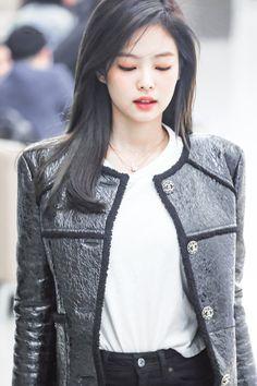 Jennie😍😍😍😍 Kim Jennie, South Korean Girls, Korean Girl Groups, 1 Rose, Black Pink Kpop, Black White, Blackpink Photos, Blackpink Fashion, Kpop Outfits