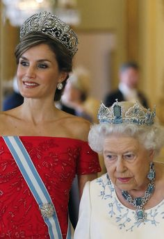 Queen Letizia of Spain and Queen Elizabeth II at the State banquet in honor of the Spanish State Visit. Royal Crowns, Royal Tiaras, Princess Margaret, Princess Kate, Royal Fashion, Look Fashion, Kate Middleton Queen, Royal Photography, Estilo Real