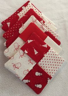 Tutorial: Folded Coasters A fun quick project! Make these folded coasters as a quick gift this Christmas or anytime you need a last minute gift idea! Never too soon to start thinking about your Christmas sewing. Quilted Coasters, Fabric Coasters, Diy Coasters, Christmas Coasters, Christmas Crafts, Christmas Sewing Gifts, Christmas Quilting Projects, Mug Rug Tutorial, Hobby Lobby Christmas