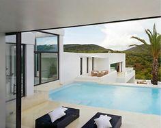 La asombrosa Ibiza en España fue el lugar perfecto para construir la brillante Casa Jondal. Ocupando 380 metros cuadrados, la residencia  ca...