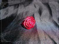 Anillo en forma de rosa en color rojo.