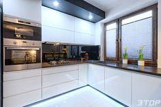 Zabudowa kuchenna wykonana z MDF lakierowanego na wysoki połysk z uchwytami frezowanymi typu ART. Kitchen Room Design, Living Room Kitchen, Interior Design Kitchen, Kitchen Decor, Modern Kitchen Cabinets, Kitchen Countertops, Diy Kitchen Storage, Kitchen Models, Kitchen On A Budget