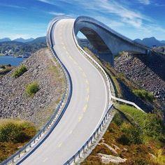 NORUEGA: PASEA POR ATLANTIC ROAD CARRETERA IMPOSIBLE DEL MUNDO  No es un juego mecánico es la vida real. Con 8 kilómetros de largo en Noruega se encuentra la carretera más difícil de atravesar en el mundo. Esta es el Atlantic Road única que une a los pueblos noruegos de Kristiansund y Molde. Esta sorprendente construcción ganó en el año 2005 el premio a la construcción del siglo debido a su diseño sencillo y atractivo. Para recorrerlo toma aproximadamente media hora y es un atractivo…