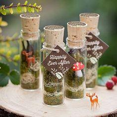 Una idea preciosa para recuerdos de boda en bosque encantado. Terrariums con musgo y animalitos del bosque.
