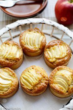 Appel karamel taartjes | Kookmutsjes Pear Recipes, Dutch Recipes, Sweet Recipes, Cake Recipes, Cooking Recipes, Mini Cakes, Cupcake Cakes, Cupcakes, Homemade Butter