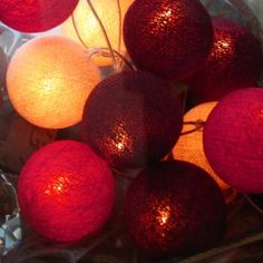Set:Weihnachtszauber Lichterkette mit 20 Baumwollbällen in verschiedenen weihnachtlichen Farben.