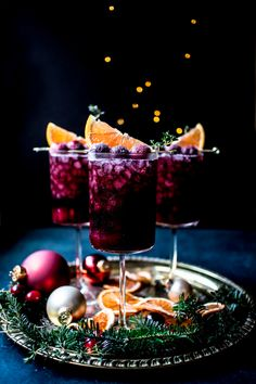 Spiced Cranberry Noir Cocktails – What do you crave? Tonic Cocktails, Winter Cocktails, Christmas Cocktails, Holiday Cocktails, Glace Fruit, Birthday Toast, Raspberry Mojito, Small Baking Dish, Alcohol Drink Recipes