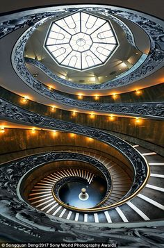 A spiral staircase in the Vatican Museum - 2017 Sony Photo Competition shows of stunning buildings City Architecture, Beautiful Architecture, Beautiful Buildings, Architecture Details, Spiral Staircase, Staircase Design, Aachen Cathedral, Blog Fotografia, Concrete Building