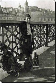 Galata Köprüsü'nde su satan çocuklar -1917