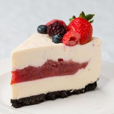 Cherry Pie-Filled Cheesecake Sometimes, you just can't choose between two desserts. That's why this cherry pie-filled cheesecake is a total gem. Dessert Chef, Dessert Recipes, Dessert Table, Food Cakes, Savoury Cake, Cheesecake Recipes, Whip Cheesecake, Cheesecake Bites, Puddings