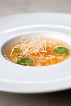 Tomatenconsommé met scampi - Filet Pur (met citroengras en koriander)