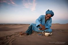 Comparto un café con Salamu, a buen refugio de la primera tormenta que parece cerrar el verano. Le digo de broma que parece primo hermano de El Cigala, por su parecido físico y su porte flamenco. Salamu Brahim Salem nació y creció en el campamento de #refugiados de #Tinduf, un enclave argelino en pleno desierto del #Sáhara que lleva casi 40 años operativo bajo el paraguas de la ayuda internacional. El joven Salamu sigue teniendo el culo inquieto de los nómadas, una educación firme y…
