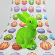De la couleur et de la douceur pour votre table de pâques ! Vendu à l 'unité ce grand lapin flocké sera l'allié incontournable pour votre décoration de pâques.   Peut également servir en cadeau lors de la chasse aux œufs.