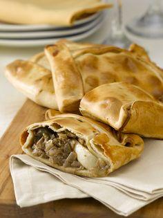 Las empanadas de horno son el invitado estrella de cualquier fin de semana en familia y un imprescindible en la cocina de Fiestas Patrias.   Vamos a preparar esta exquisita receta para 18 personas. ¡Manos a la obra!