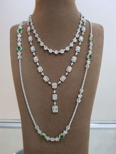 In the case of the necklace with a number of smaller sized stones the diamonds weight are added together to give you an overall carat weight for the necklace. Emerald Jewelry, Diamond Jewelry, Stylish Jewelry, Fine Jewelry, Diamond Necklace Set, Pearl Necklace, Tiffany, Expensive Jewelry, Necklace Designs