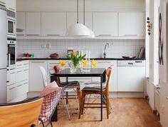cuisine noir et blanc, parquet, avec salle à manger